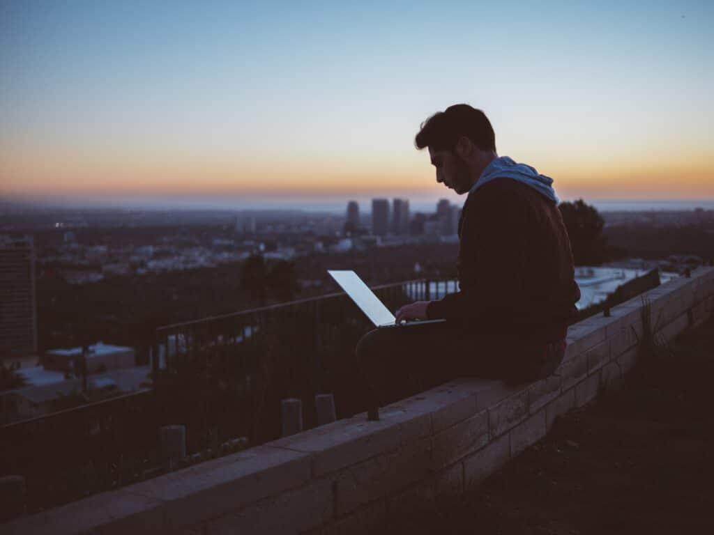 Love Scammer machen das Internet-Dating schwer. So lässt sich herausfinden, ob die Personen dahinter echt sind, oder Betrüger.
